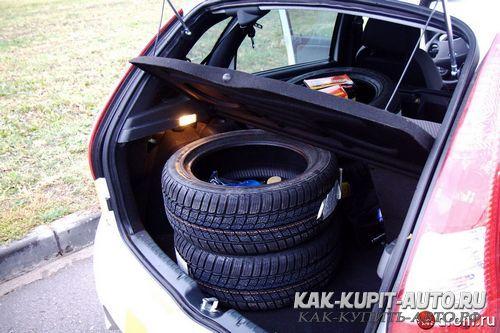 Комплект колес в багажнике хэтчбека Калина