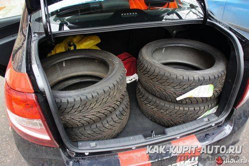 Комплект колес в багажнике седана Гранта